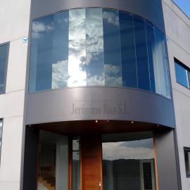 Cristalera, ventanas y puerta en nave industrial, Allariz
