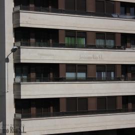 Detalle de edificio de seis plantas en Orense