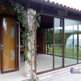 Puerta y ventanal exterior en casa rústica, Orense