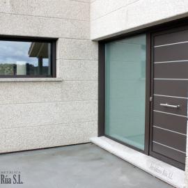 Puerta de entrada y ventana en esquina en vivienda unifamiliar, Orense
