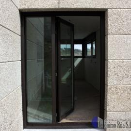 Detalle de puerta trasera en chalet, Orense
